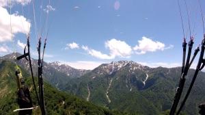 水無渓谷上空を舞うパラグライダー